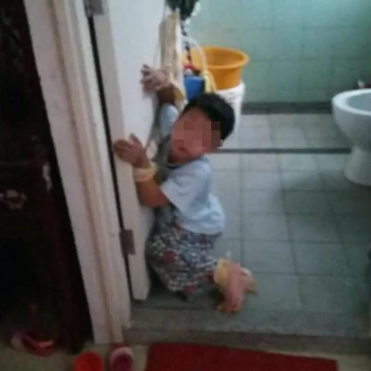 五歲女有樣學樣筆插阿哥