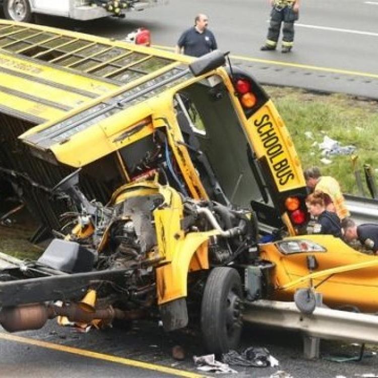 美校巴與泥頭車相撞 兩死43傷