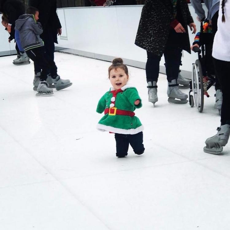 英四歲女童溜冰過聖誕