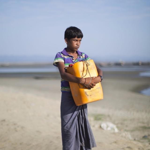 羅興亞少年漂流四公里逃往孟加拉
