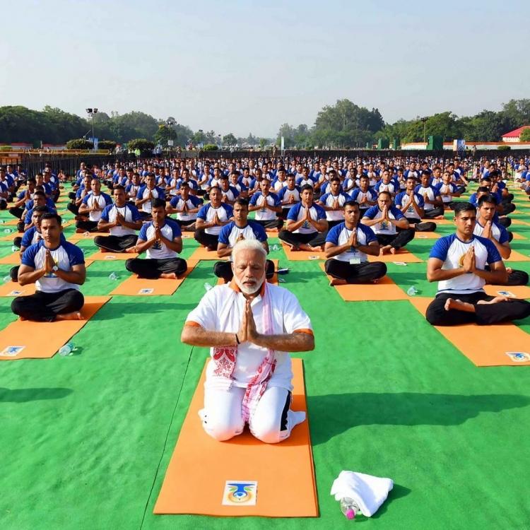 印度總理莫迪與萬人齊做瑜伽
