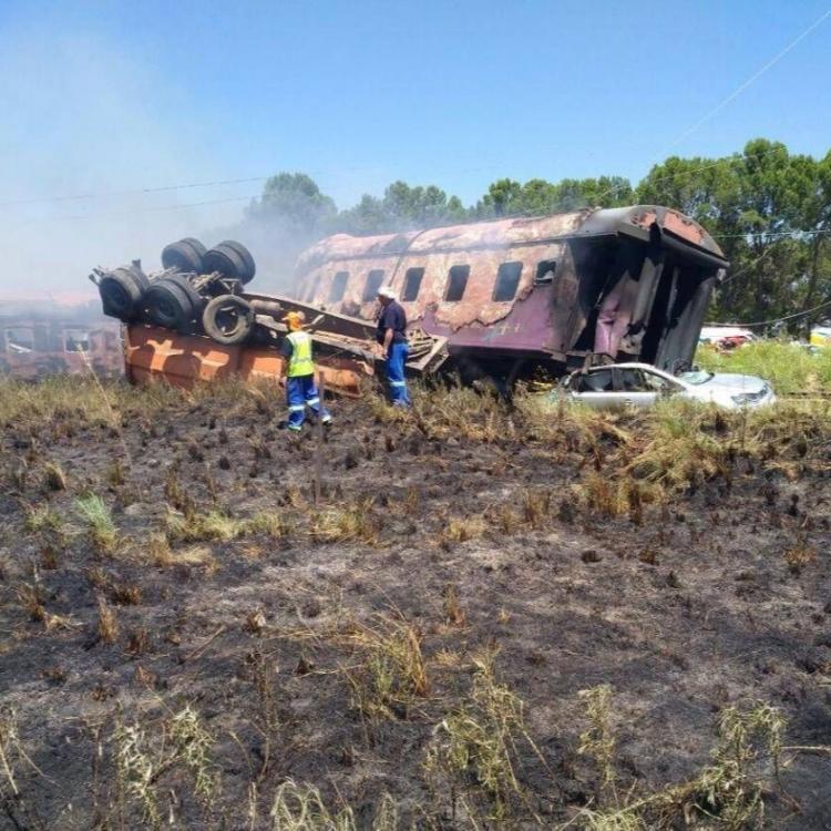 南非火車與貨車相撞逾百人死傷