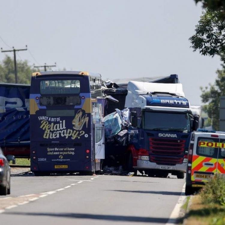 英雙層巴士與貨車相撞20死傷
