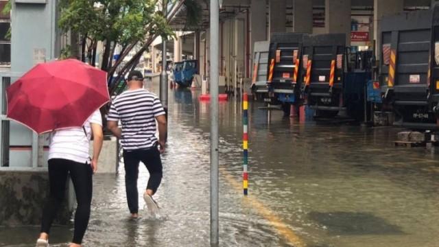 市民車輛涉水而行