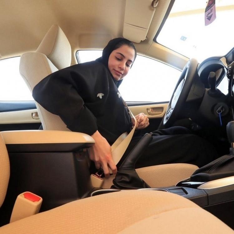 沙特向首批10名女性發駕駛執照
