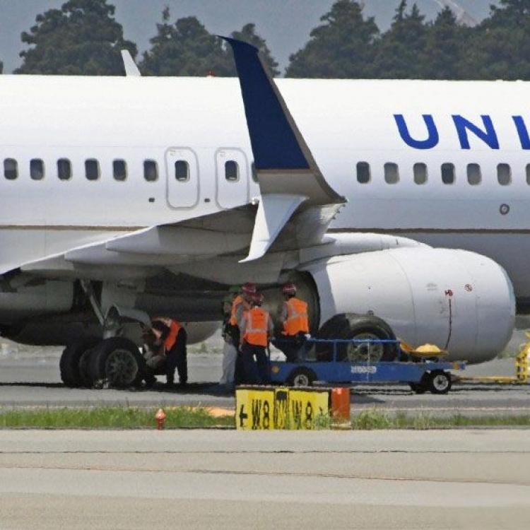 日本成田機場客機降落時爆胎