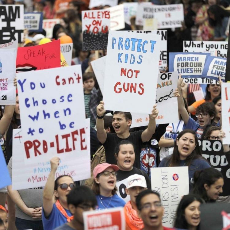 學生:政客要麼代表人民要麼滾