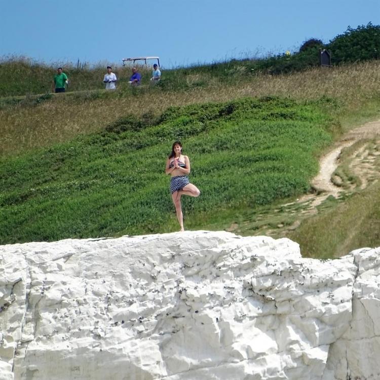 英女懸崖邊倒立又單腳企