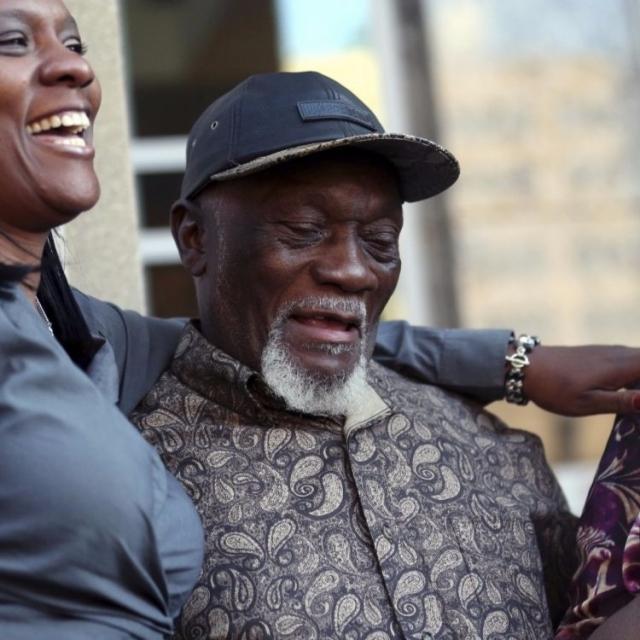 黑人被告服刑數十年後重獲自由
