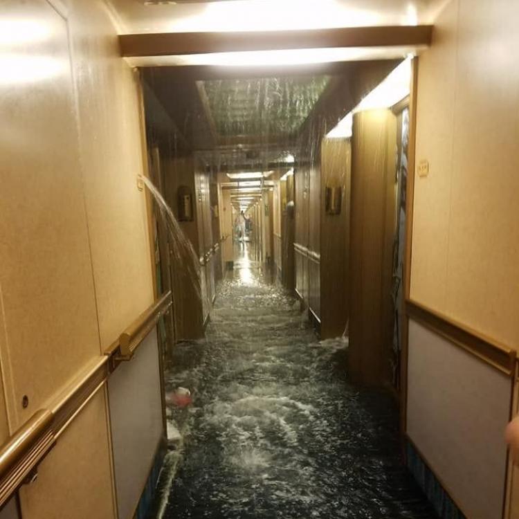 嘉年華夢想號旅途中水浸