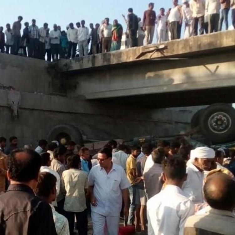 印大巴墜橋至少25人死亡