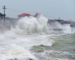 福建登陸掀十米巨浪