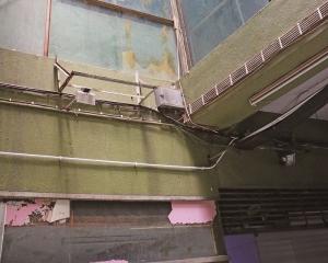 賈梅士商業中心十室九空