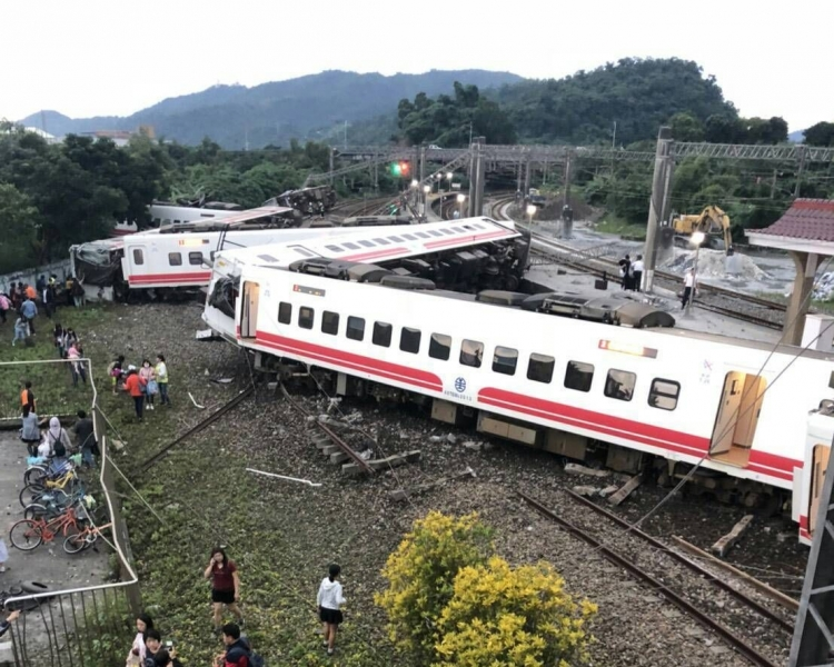 列車出軌釀18死百多傷