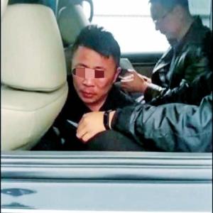 兩疑犯拒捕撞警車