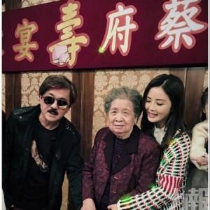 蔡卓妍三代同堂切蛋糕