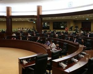 政府稱非法取得居留權可被取消