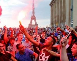 大批民眾通宵狂歡引騷亂