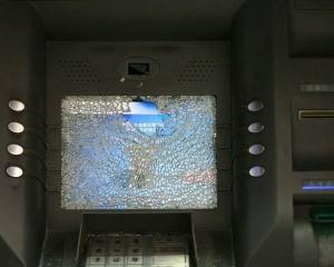 躁漢鐵錘扑爆六部ATM洩憤