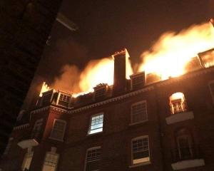 倫敦再有大樓起火 百名消防員撲救