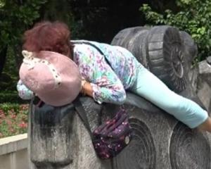 河南大媽露天瞓60度熱石
