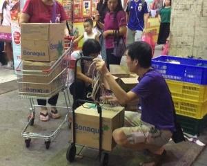 各區居民大量搶購食用水及糧食