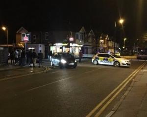 英國盧頓鎮百人群毆 7人遭刺傷