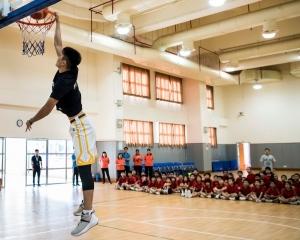 60小學生籃球互動