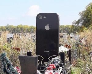 父母為愛女打造iPhone 6造型墓碑
