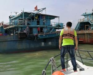 海事局和海關派船協助