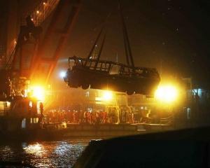 重慶墮江巴士殘骸打撈出水