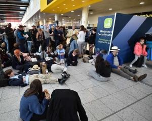 英國吉域機場關閉30小時後重開