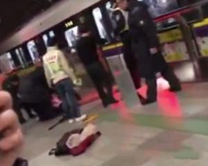 上海地鐵乘客擅自翻越月台閘門 慘遭夾死