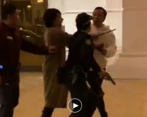 有片!網傳內地男酒店門外打鬥 有警員開槍