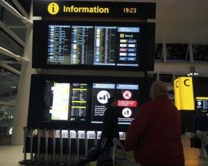 倫敦希斯路機場一度停飛
