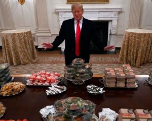 特朗普扲荷包買快餐宴客