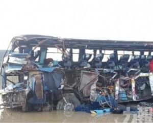 【濃霧釀意外】巴士貨車相撞至少24死