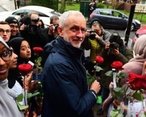 英工黨黨魁疑被脫歐支持者掟雞蛋