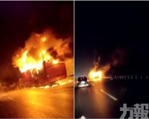 湖南常德高速收費站前旅遊巴自燃  至少10死28傷