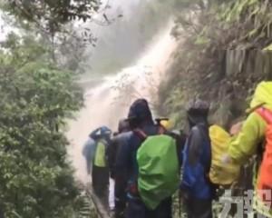 至少262人被困山上