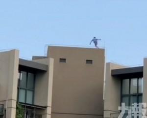 小學生爬上32樓天台邊緣跳躍