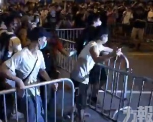 港示威者衝擊立法會 警放催淚彈