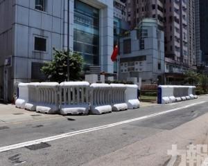香港中聯辦外多名警力駐守