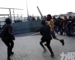 法國警方水砲驅散 拘捕數十人