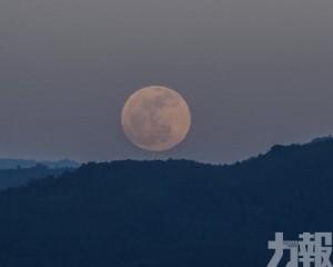 內地年輕人興起「空中追月」