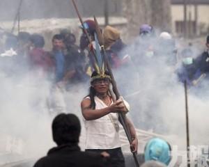 總統宣布首都實施宵禁和軍管