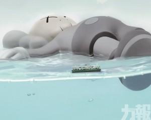 橫臥維港!37米長超巨形KAWS