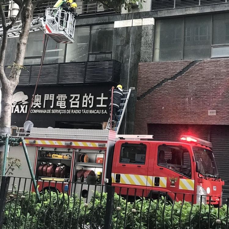 電召的士公司疑假天花起火18人疏散